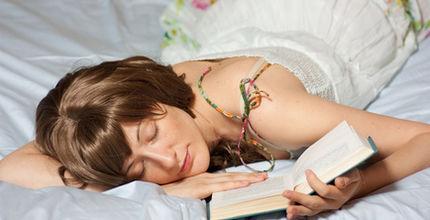 Čtete si před spaním? Možná budete mít neklidnou noc